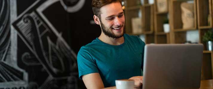 看着笔记本电脑的男人很开心
